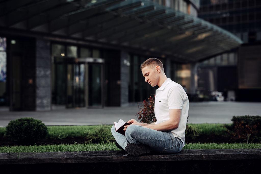 уличная фотосессия москва художественный мужской портрет